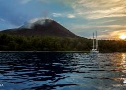 Velejando perto do vulcao Krakatoa